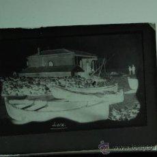 Fotografía antigua: PLACA FOTOGRAFICA ORIGINAL CRISTAL ANTIGUO FARO EN LA PLAYA GRAO DE CASTELLON TAMAÑO 6X9A. Lote 36418192