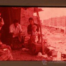 Fotografia antica: ANTIGUA DIAPOSITIVA PPIOS AÑOS 70 - FAMILIA EN CHABOLA A LAS AFUERAS DE MADRID. Lote 38946816