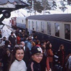 Fotografía antigua: ESTACIÓN DE ESQUÍ DEL PUERTO DE NAVACERRADA MADRID DOS DIAPOSITIVAS KODACHROME, 1971 Y 1972 TREN. Lote 49616930