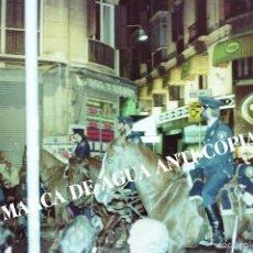 Fotografía antigua: SEMANA SANTA DE MÁLAGA. PRINCIPIOS DE LOS AÑOS 80. CLICHÉ-NEGATIVO ORIGINAL. POLICÍA A CABALLO. Lote 59104380