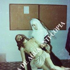 Fotografía antigua: PIEDAD SEMANA SANTA MÁLAGA EN UNA CASA DE HERMANDAD. CLICHÉ-NEGATIVO ORIGINAL. PRINCIPIO AÑOS 80. Lote 59480552