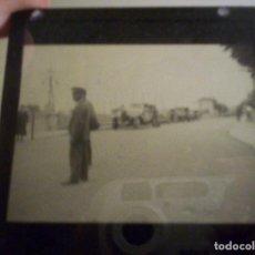 Fotografía antigua: 2 CRISTALES LINTERNA MAGICA IRUN GUIPUZCOA COCHE EN PUENTE INTERNACIONAL Y NIÑOS JUGANDO 1932. Lote 73829991