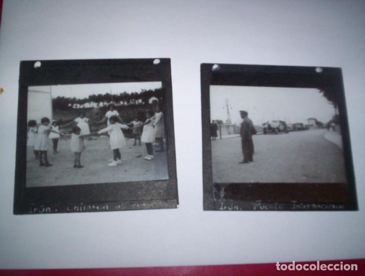 Fotografía antigua: 2 cristales linterna magica irun guipuzcoa coche en puente internacional y niños jugando 1932 - Foto 2 - 73829991
