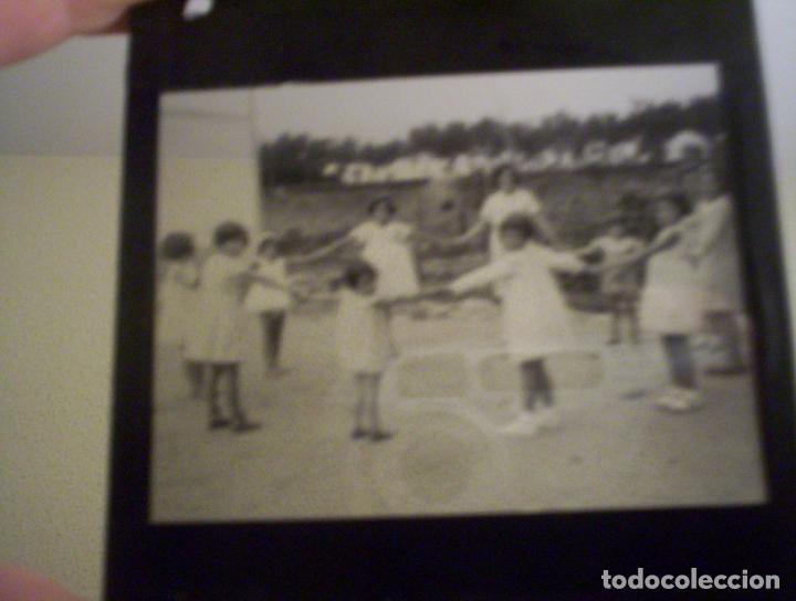 Fotografía antigua: 2 cristales linterna magica irun guipuzcoa coche en puente internacional y niños jugando 1932 - Foto 3 - 73829991