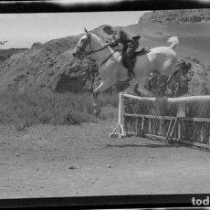 Fotografía antigua: AÑO 1920 - HIPICA, CABALLO, JINETE, ALCALÁ DE HENARES, MADRID - NEGATIVO DE FOTOGRAFÍA - 15 X 9 CMS. Lote 102111747