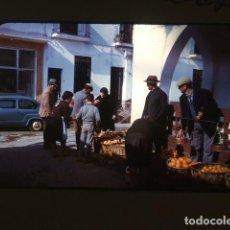 Fotografia antica: TORREMOLINOS MALAGA MERCADO EN CALLE DIAPOSITIVA POR VIAJERO AMERICANO 1966. Lote 139313414
