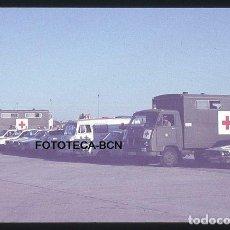 Fotografía antigua: OP. ICARO 80 AEROPUERTO EL PRAT FLOTA CRUZ ROJA CAMION AMBULANCIA SIMULACRO CATASTROFE AÑO 1980. Lote 149466834