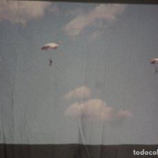 Fotografía antigua: 30 ANTIGUAS DIAPOSITIVAS SALTOS DE PARACAIDAS. Lote 178687545