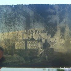 Fotografía antigua: CRISTAL NEGATIVO DEL SIGLO XIX : SEÑORES Y NIÑOS POSANDO EN PALACETE .... 13 X 18 CM. Lote 180045855