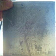 Fotografía antigua: CRISTAL NEGATIVO DEL SIGLO XIX : SEÑORES EN UN JARDIN BAJO UN GRAN ARBOL ............ 13 X 18 CM. Lote 180051037