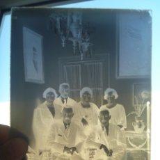 Fotografía antigua: CRISTAL NEGATIVO DEL SIGLO XIX : SEÑORES POSANDO EN ELINTERIOR .... 13 X 18 CM. Lote 180151640