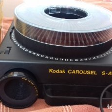 Fotografía antigua: PROYECTOR DE DIAPOSITIVAS KODAK CAROUSEL S-AV1010. INCLUYE 3 BANDEJAS EXTRAS DE 80, VER FOTOS.. Lote 181476668