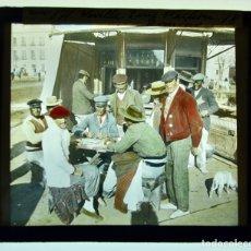 Fotografía antigua: CURIOSA PLACA DE CRISTAL. LINTERNA MÁGICA. SEVILLA. PARTIDA DE DOMINO. COLOREADA. CIRCA 1900. Lote 183327468