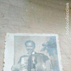 Fotografía antigua: PEQUEÑA FOTO DE ACORDEONISTA DE 1949. Lote 189470691