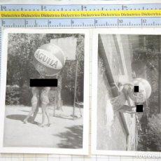 Fotografía antigua: 2 FOTOS FOTOGRAFÍAS. AÑOS 50. MUJERES EN BAÑADOR. BALÓN DE PLAYA GIGANTE CIGARROS EL ÁGUILA. Lote 217649205