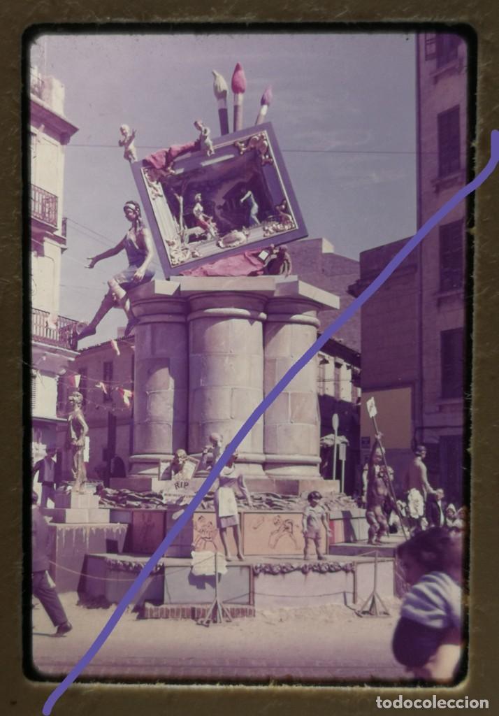 FOTOGRAFÍA EN DIAPOSITIVA.FALLA FERNANDO EL CATÓLICO ERUDITO ORELLANA.FALLAS DE VALENCIA.AÑOS 60. (Fotografía Antigua - Diapositivas)