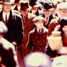 Fotografía antigua: TRANSPARENCY FILM ROAD TO PERDITION TOM HANKS TYLER HOECHLIN DREAMWORKS SLIDE 35MM FILM. Lote 234325470