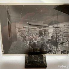 Fotografía antigua: NEGATIVO CELULOIDE. INTER ELECTRÓNICA S. A. OPERARIOS FABRICA. HORTOLA FOTÓGRAFO. BARCELONA.. Lote 244527885