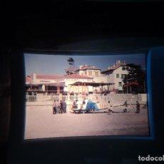Fotografía antigua: ANTIGUA DIAPOSITIVA HOTEL RESTAURANTE KANSAS DE SITGES,Y HELICOPTERO DE TRAFICO EN LA PLAYA. Lote 251781410