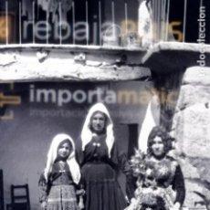 Fotografía antigua: PRECIOSO NEGATIVO DE CELULOIDE DE JOVENES CON TRAJE DE LAGARTERANA PRINCIPIOS SIGLO XX ORIGINAL. Lote 264047665