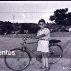 Fotografía antigua: NEGATIVO ANTIGUO DE JOVEN CON BICICLETA AÑOS 20. Lote 264057890