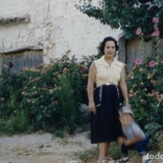 Fotografía antigua: SITGES. CAN CARTRÓ. MASIA. SEÑORA E HIJO. VERANO DE 1956. Lote 277181063