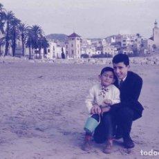 Fotografía antigua: SITGES. FOTO EN LA PLAYA. INVIERNO DE 1959. DIAPOSITIVA ILFORD. Lote 277182198