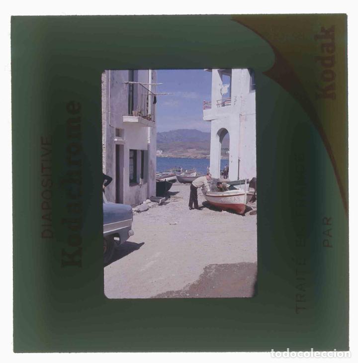 Fotografía antigua: LLANÇÀ. Girona. Calle y barcas con señor. Mar. c.1965 - Foto 3 - 288336753