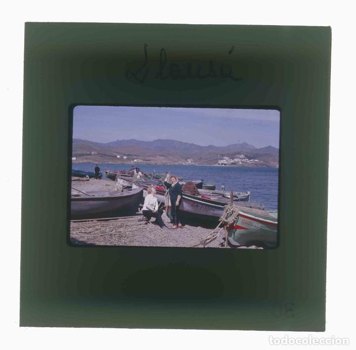 Fotografía antigua: LLANÇÀ. Girona. Barcas con señoras. Mar. c.1965 - Foto 3 - 288337568