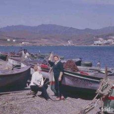 Fotografía antigua: LLANÇÀ. GIRONA. BARCAS CON SEÑORAS. MAR. C.1965. Lote 288337568