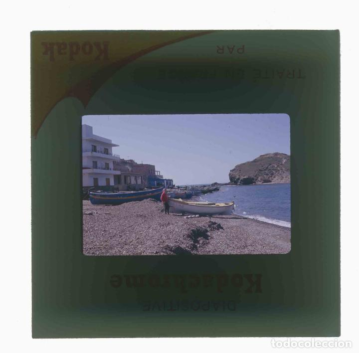 Fotografía antigua: LLANÇÀ. Girona. Barcas con señora. Mar. c.1965 - Foto 3 - 288338338