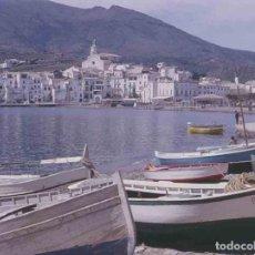 Fotografía antigua: GIRONA. CADAQUÉS. PUEBLO. PASEO. BARCAS. PRECIOSA FOTO. C.1965. Lote 288529563