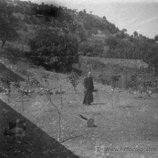 Fotografía antigua: CURA Y GALLINERO. CATALUÑA. CIRCA 1935. NEGATIVO ESTEREOSCÓPICO DE CRISTAL.. Lote 10472333
