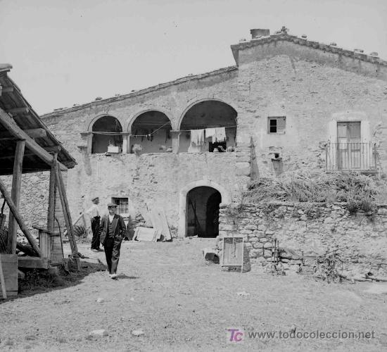 MASIA CATALANA. FACHADA ANTERIOR DE MASIA Y DOS SEÑORES. DOBLE TOMA. CIRCA 1925 (Fotografía Antigua - Estereoscópicas)