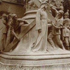 Fotografía antigua: MONTSERRAT. PRECIOSO GRUPO ESCULTORICO. VÍA CRUCIS. ESCULTURA Y PASO DESAPARECIDOS. C.1913. Lote 25929418
