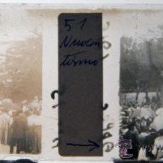Photographie ancienne: NUMULITE C0045 CRISTAL ESTEREOSCÓPICO APLEC PRECIOSA IMAGEN FIESTA POPULAR MUY ANIMADA PARAGUAS. Lote 32642282