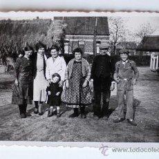 Fotografía antigua: FOTOGRAFÍA ANTIGUA. FAMILIA DE CAMPESINOS . Lote 37444880