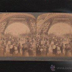 Fotografía antigua: FOTOGRAFIA ESTEREOSCOPICA. 11. MIRANDO LA TORRE EIFFEL DESDE ABAJO. PARIS, FRANCIA.. Lote 43200884