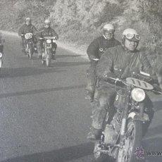 Fotografía antigua: BISCUTER JUNTO A CARRERA DE IMPALAS. FOTO ORIGINAL 30 X 40 CTMS. AÑO 1958. Lote 45280873