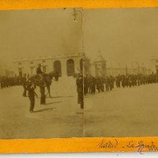 Old photograph - A.L.1903Abril. Madrid. Desfile, Palacio Real - 47975596