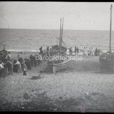 Fotografía antigua: MONTGAT, SACANDO LA BARCA DE PESCA, 1913 SEGURAMENTE, CRISTAL POSITIVO ESTEREO ENCAPSULADO 6X13 CM.. Lote 53432240