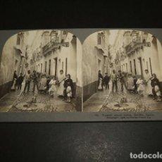 Fotografía antigua: SEVILLA TIPICA ESCENA CALLEJERA VISTA ESTEREOSCOPICA 1908 STEREOTRAVEL CO.. Lote 86836860