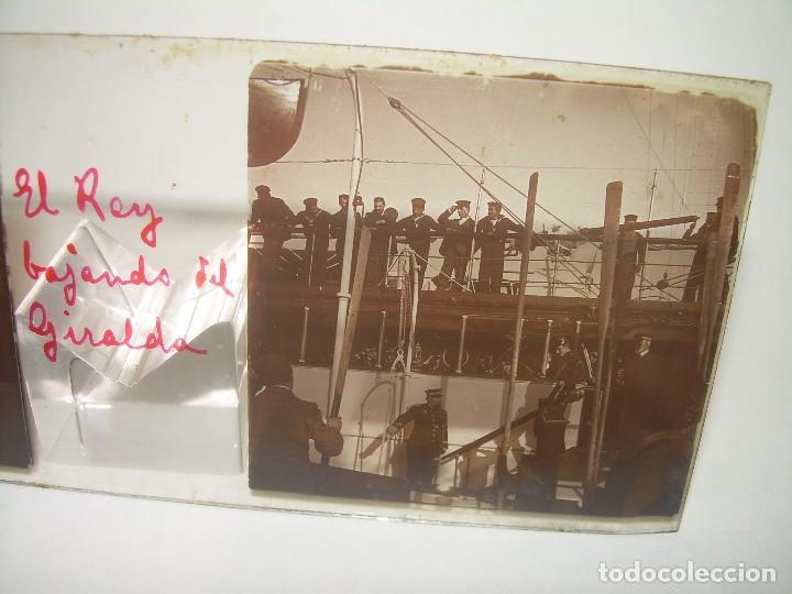 ALFONSO XIII REY DE ESPAÑA - BAJANDO DEL BUQUE GIRALDA - 2 CRISTAL ESTEREOSCOPICO.CA 1.905 (Fotografía Antigua - Estereoscópicas)