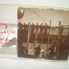 Fotografía antigua: ALFONSO XIII REY DE ESPAÑA - BAJANDO DEL BUQUE GIRALDA - 2 CRISTAL ESTEREOSCOPICO.CA 1.905. Lote 89294424