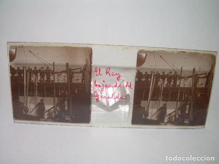 Fotografía antigua: ALFONSO XIII REY DE ESPAÑA - BAJANDO DEL BUQUE GIRALDA - 2 CRISTAL ESTEREOSCOPICO.CA 1.905 - Foto 2 - 89294424