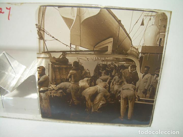 Fotografía antigua: ALFONSO XIII REY DE ESPAÑA - BAJANDO DEL BUQUE GIRALDA - 2 CRISTAL ESTEREOSCOPICO.CA 1.905 - Foto 3 - 89294424