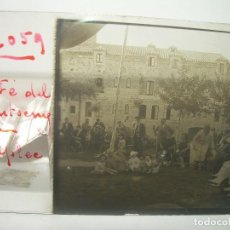 Fotografía antigua: CRISTAL ESTEREOSCOPICO....SANTA FE DEL MONTSENY...L'APLEC....CON MOZO DE ESCUADRA.. Lote 89319032
