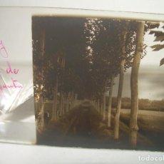 Fotografía antigua: CRISTAL ESTEREOSCOPICO......PERSONAJES EN EL CANAL DE SANT BOY.......CIRCA. 1.900. Lote 90217404