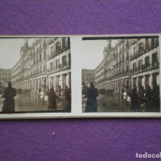Fotografía antigua: MADRID, PLAZA MAYOR AÑOS 30, CON TRANVIA Y AUTOMOVILES // ANTIGUA FOTOGRAFIA ESTEREOSCOPICA. Lote 94306154