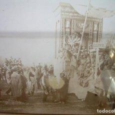 Fotografía antigua: CRISTAL ESTEREOSCOPICO..........RUA - CABALGATA...(CLEOPATRA)....CIRCA. 1.900. Lote 95873647